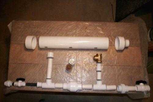 В данном случае конструкция имеет вид прямой трубы с различными клапанами и краниками, с ответвлением в центре более толстого диаметра трубы. Самая толстая чать - это буфер или ресивер для накопления и стабилизации давления. Слева и справа установлены входные и выходные шаровые краны. Я буду рассматривать насос справа на лево. Так как правая сторона - это вход для воды, а левая - выход. Вообщем, уяснили, что вода подается на шаровый кран справа. Далее идет на тройник. Тройник, разделяет потоки. Вверх подает к клапану, который закрывается при достаточном давлении. А прямой поток подается на клапан, который открывается при достижении нужного давления. Затем, идет опять тройник на ресивер и уже на выход. А, ещё манометр, но его может и не быть, не столь важен. Детали Все детали разложены перед сборкой. Я использую ПВХ трубы, они клеются на клей, но вполне можно использовать и полипропилен. Источник: https://sdelaysam-svoimirukami.ru/4253-vodyanoy-nasos-bez-pitaniya.html