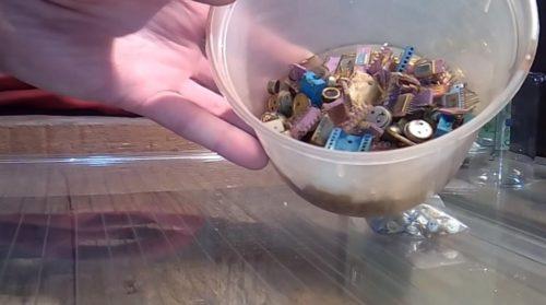 Необходимые ингредиенты и реактивы Стеклянные мерные стаканы из лабораторного стекла– 150 мл (1 шт), 1000 мл (2 шт); Радиодетали – транзисторы, микросхемы, контактные разъемы, гнезда, выключатели и т.д.; Вода; Каменная или поваренная соль; Азотная кислота; Мочевина; Железный купорос. Для ускорения реакции необходима будет электрическая плитка. Источник: https://sdelaysam-svoimirukami.ru/4257-dobyvaem-zoloto-iz-radiodetaley.html