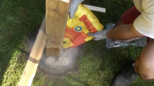 Как быстро установить деревянные столбы