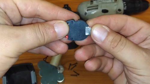 Клеммы аккумуляторной батареи шуруповёрта интерскол